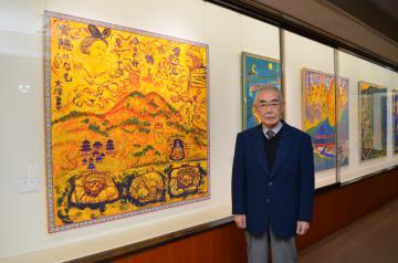 常陽芸文センターで開催中の個展「やまとしうるはし」で奈良をテーマにした新作と武石堯さん=水戸市三の丸