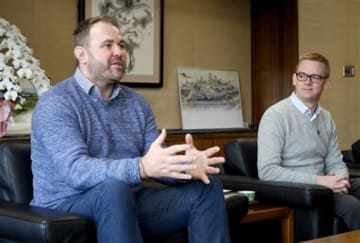 大西一史市長を表敬訪問し、熊本の魅力を発信したいと話すスコット・クインネルさん(左)ら=熊本市役所
