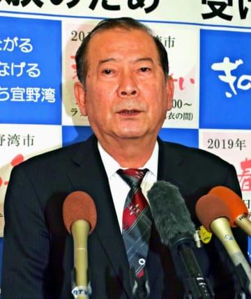 県民投票について記者団の質問に答える松川正則宜野湾市長=7日、同市役所