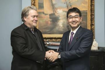 7日、米ワシントンで会談後、取材対応するスティーブン・バノン氏(左)と河井克行自民党総裁外交特別補佐(代表撮影・共同)