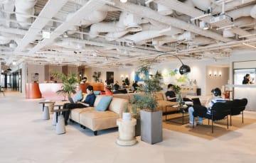 ウィーワークが昨年4月に開業した東京・銀座の共有オフィス(同社提供)