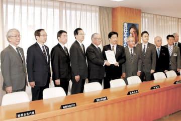 自民党本部を訪れて要望書を提出する東北ILC推進協議会のメンバー=2018年12月21日、東京