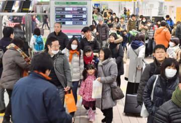 帰省客で混み合う東北新幹線の改札口付近。久しぶりの再会に笑みが広がった=2018年12月29日、盛岡市・JR盛岡駅