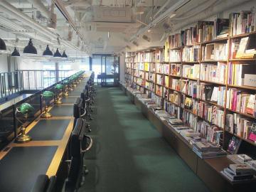購入前の本を試し読みできる閲覧席=東京都港区