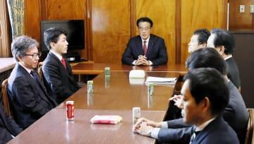 国会内で開かれた衆院会派「無所属の会」の総会。中央奥は岡田代表=8日午後