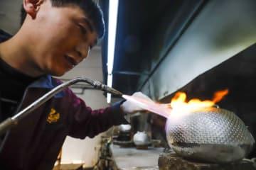 銀製品加工で農民が豊かに 河北省遵化市