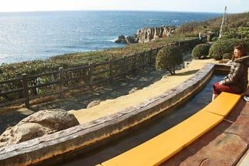【キャンペーン対象施設の一つ「三段壁足湯」=和歌山県白浜町で】