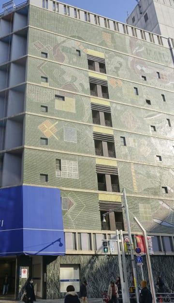 閉店した名古屋市の老舗百貨店「丸栄」の外壁にあるモザイクタイル画=8日午後