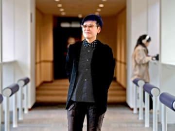 「性的指向は私の一部でしかない。私は私」。光が差し込む廊下で、窓の外に目を向ける岡野さん(京都市上京区・同志社大)
