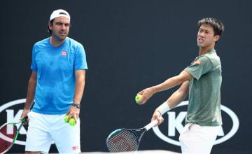 「全豪オープン」の会場で練習する錦織(右)とコーチのダンテ(左)