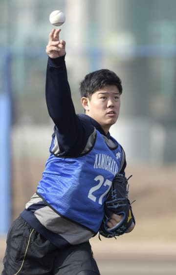 DeNAの新人合同自主トレでキャッチボールする上茶谷=神奈川県横須賀市