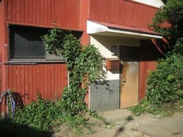 二宮町内に250軒以上あるとされる空き家。管理が行き届かず荒廃する物件も多い(二宮町提供)