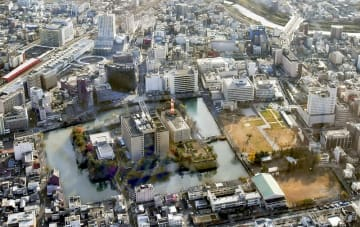 お堀に囲まれた福井城址に立地する福井県庁舎(中央)。西川一誠知事が、2019年度に移転検討を始めたいとの意向を示した=2018年11月29日、福井市