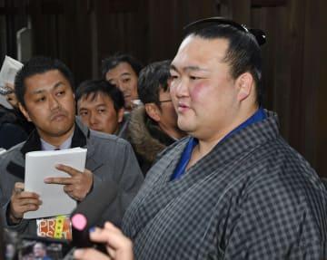 奉納土俵入り後、取材に応じる稀勢の里=8日、東京・明治神宮