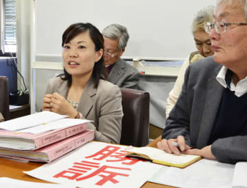 韓国人男性3人を被爆者と認定した長崎地裁の判決を受け、記者会見する中鋪美香弁護士(左)ら=8日午後、長崎市役所