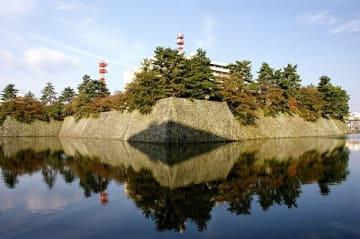 福井城 石垣、内堀(663highlandさん撮影、Wikimedia Commonsより)