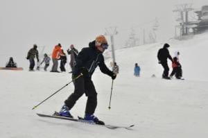 五ケ瀬ハイランドスキー場で初滑りを楽しむスキーヤーら=4日午前、五ケ瀬町鞍岡
