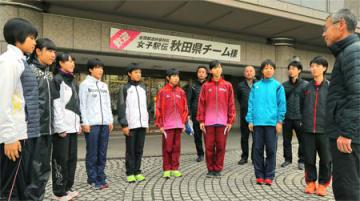 京都に到着し、宿舎前でミーティングを行う秋田チーム(京都市南区)