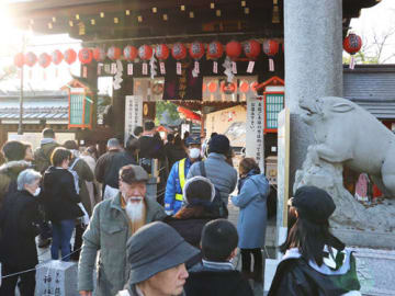 参拝客が外まで長蛇の列を作り、一時は警備員も出動した護王神社(京都市上京区、4日午後3時撮影)