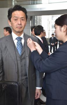 初登庁し、議員バッジを着けてもらう谷島洋司氏=県議会議事堂
