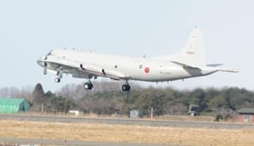今年初の飛行訓練に飛び立つP3C哨戒機=8日、八戸市