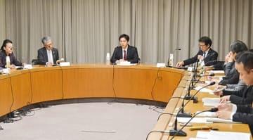 児童虐待の防止に向けた強化策について意見を交わす吉村市長(中央)ら出席者=8日、市庁舎