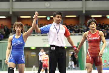 予選リーグ初戦での4年ぶりの対戦は、川井梨紗子(ジャパンビバレッジ)の手が上がった