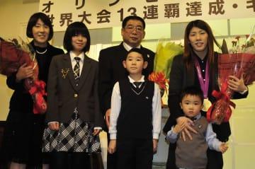 父・栄勝さん(中央奥)とともに、国民栄誉賞受賞祝賀会に出席した吉田沙保里(後列右)=2012年12月8日、八戸プラザホテル