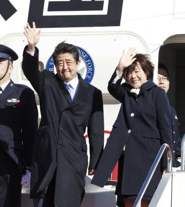 オランダに向けて出発する安倍首相と昭恵夫人=9日午前、羽田空港