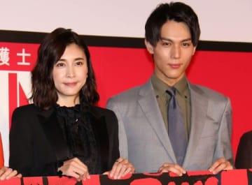 10日スタートの連続ドラマ「スキャンダル専門弁護士 QUEEN」の制作発表会見に出席した竹内結子さん(左)と中川大志さん