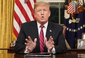8日、米ワシントンのホワイトハウスからテレビ演説するトランプ大統領(AP=共同)