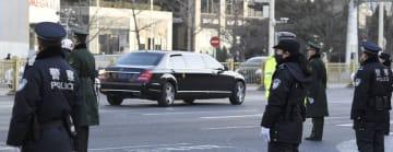 北京市内を通過する北朝鮮の金正恩朝鮮労働党委員長を乗せたとみられる車=9日(共同)