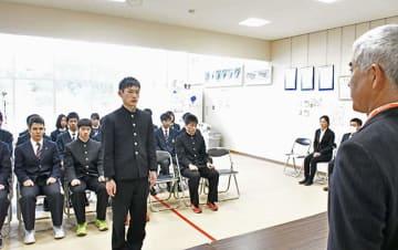 選手を代表して意気込みを語る、スピード男子の伊藤海里=県クリスタルパーク恵那