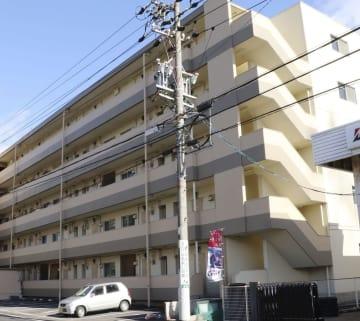 男性の遺体が見つかったアパート=9日午後0時32分、岐阜市