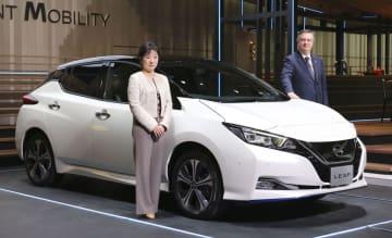 報道陣に公開された日産自動車「リーフ」の新モデル=9日、横浜市