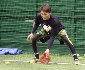 練習を公開し、テニスボールを使ったノックを受ける西武・源田=愛知県豊田市