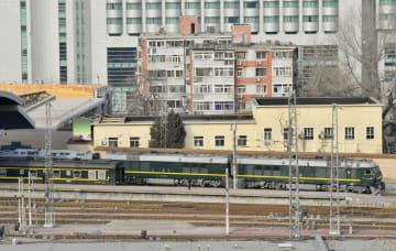 北京駅を出発する、北朝鮮の金正恩朝鮮労働党委員長を乗せたとみられる専用列車=9日(共同)
