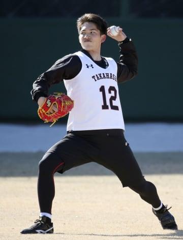 新人合同自主トレで投球練習をする巨人・高橋=川崎市のジャイアンツ球場