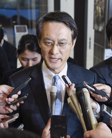 日韓請求権協定に基づく政府間協議開催の要請を受け、報道陣の取材に応じる韓国の李洙勲駐日大使=9日午後、外務省