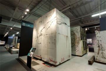 特別公開される阪神高速道路の震災資料保管庫。中央は大震災でひび割れた高速道路の橋脚(同社提供)