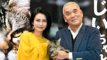 岩合光昭写真展「ねことじいちゃん」のレセプションに出席した柴咲コウさん(左)と岩合光昭さん