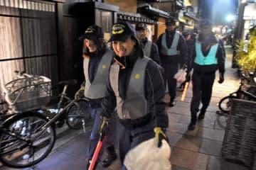 他の団員らと一緒に年末警戒にあたった濱田さん(先頭)=昨年12月25日、京都市下京区