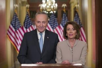 8日、ワシントンで撮影に応じるペロシ下院議長(右)とシューマー上院院内総務(AP=共同)