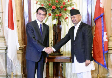 9日、会談を前にネパールのギャワリ外相(右)と握手する河野外相=カトマンズ(共同)