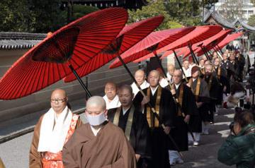 朱傘を差し向けられて、境内を歩く高僧たち(8日午後0時25分、京都市南区・東寺)