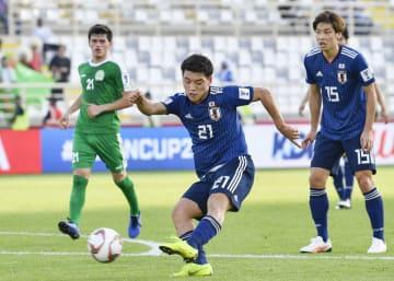 日本―トルクメニスタン 後半、3点目のゴールを決める堂安=アブダビ(共同)
