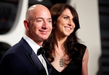 離婚を表明した米アマゾン・コムの創業者、ジェフ・ベゾスCEO(左)と妻のマッケンジーさん=2017年2月、米カリフォルニア州(ロイター=共同)