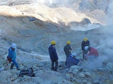 大涌谷で行われた今年初の火山ガス調査(東海大理学部大場武研究室提供)
