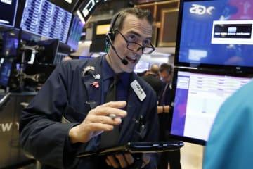 ニューヨーク証券取引所のトレーダー=9日(AP=共同)