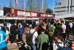 ヴィッセル神戸のグッズ売店前にできた行列。キャッシュレス決済で混雑緩和を図る=2018年11月、神戸市兵庫区御崎町1
